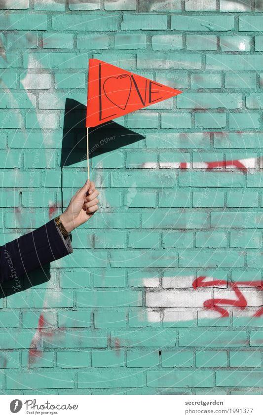 die liebe hochhalten Hand rot Wand Graffiti Liebe Gefühle feminin Mauer Glück Schriftzeichen Schilder & Markierungen Arme Herz Zeichen Hochzeit