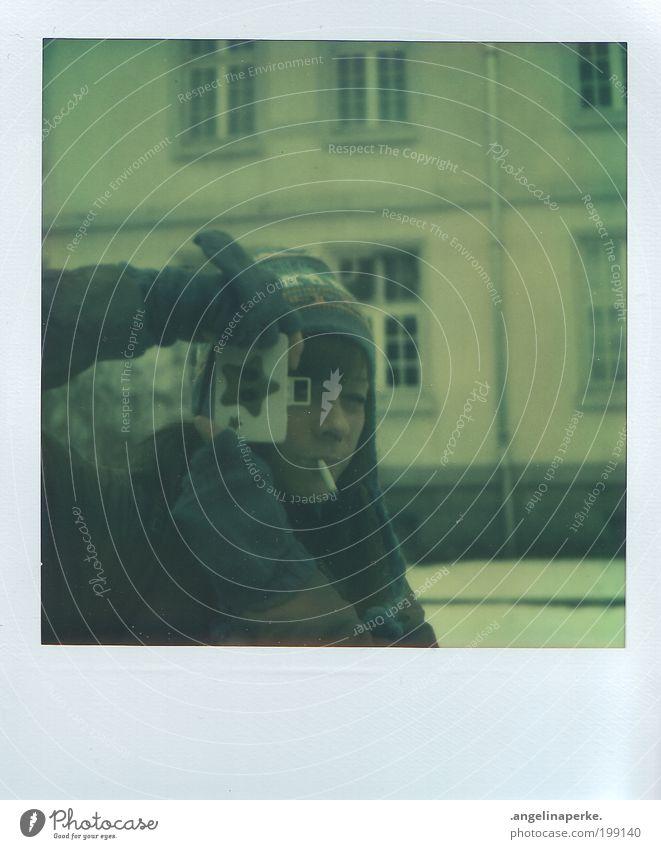 sternchen Winter Haus Schnee Fenster Stern Fotokamera analog Polaroid Zigarette Mütze brünett Handschuhe Wetter Bekleidung