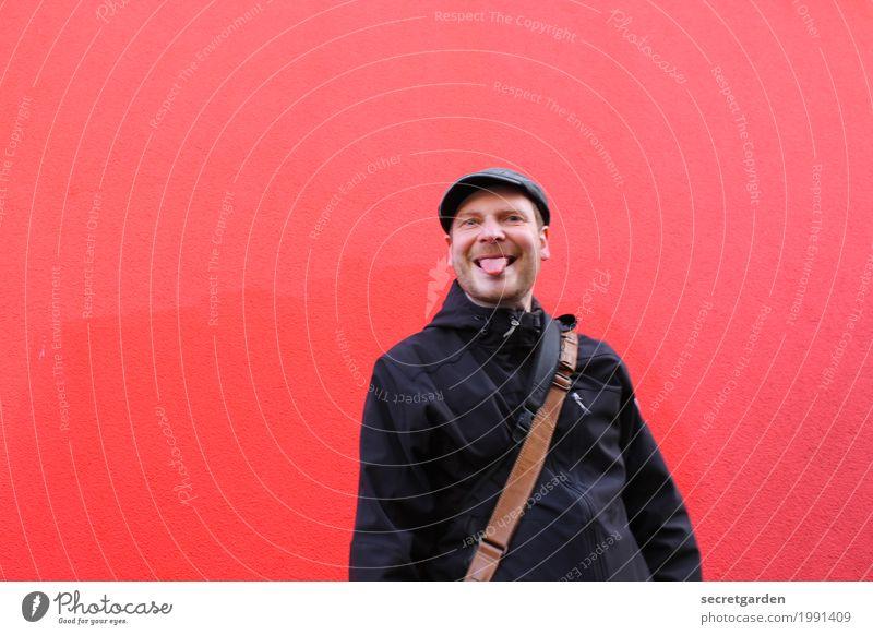 [HH17 Fähnchentour] zunge in den wind halten. Mensch Mann rot Freude schwarz Erwachsene Leben Wand Gefühle lustig Mauer maskulin verrückt Beton Mütze Hut
