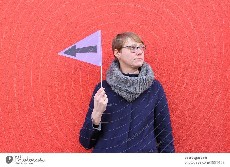 Richtung Weihnachten. feminin Junge Frau Jugendliche Erwachsene 1 Mensch 30-45 Jahre Mauer Wand Mantel Schal blond kurzhaarig Zeichen Schriftzeichen