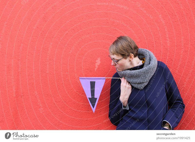 [HH17 Fähnchentour] abwärtsentwicklung Mensch Frau blau rot Erwachsene Wand feminin Mauer elegant blond Schilder & Markierungen Hinweisschild Beton Zeichen