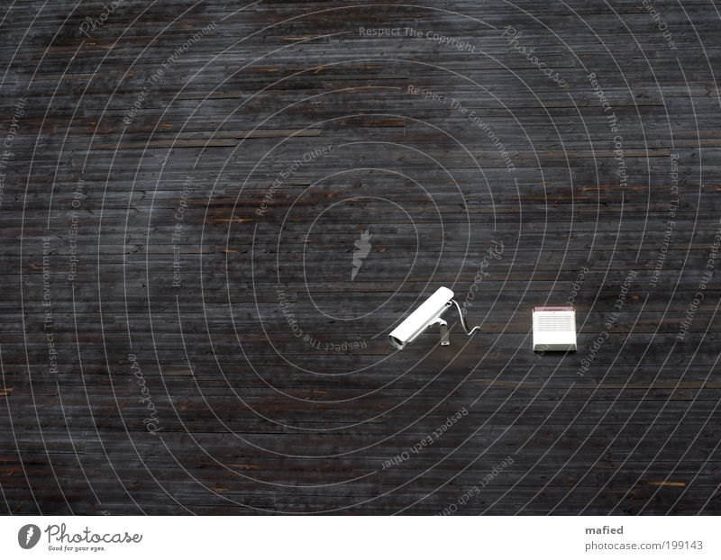 Holzauge sei wachsam Haus Videokamera Ausstellung Gebäude Architektur Mauer Wand braun rot weiß Überwachung Überwachungskamera Alarmanlage Farbfoto