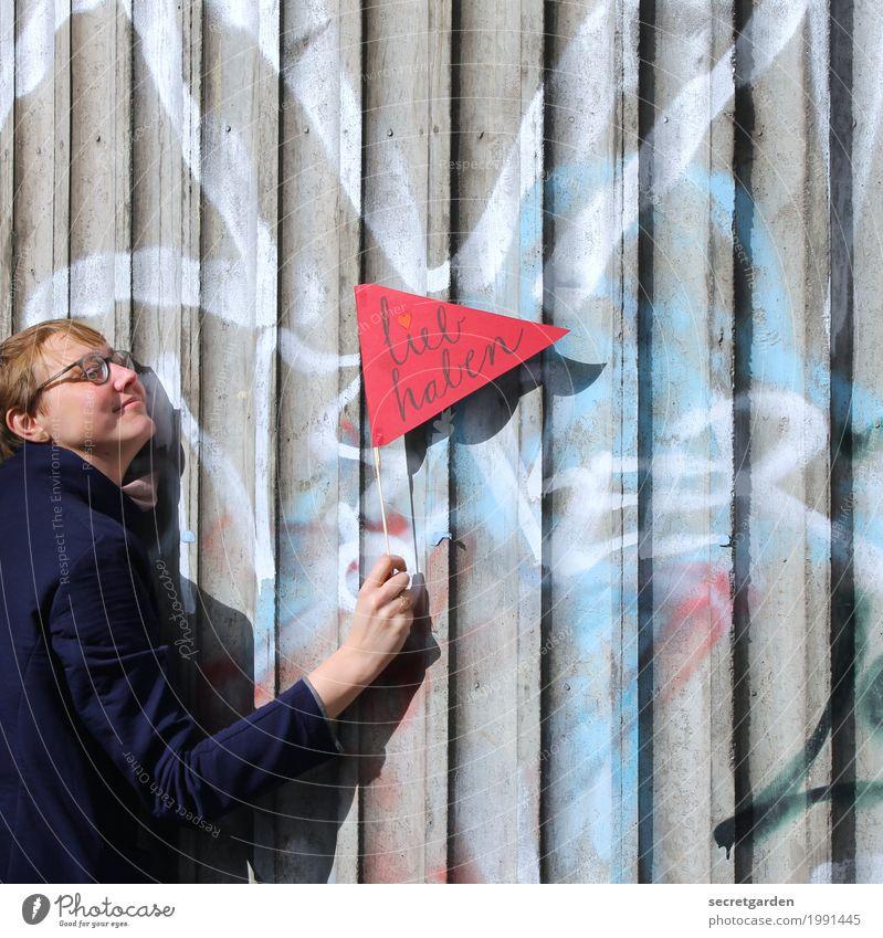 einmal gräfin zum liebhaben! Mensch Frau Jugendliche Junge Frau rot Erwachsene Architektur Graffiti Liebe Gefühle feminin Glück grau Fassade Freundschaft