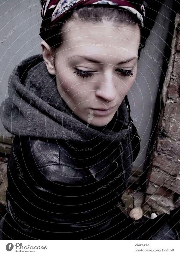 CRYSTALISED. feminin Junge Frau Jugendliche Gesicht 18-30 Jahre Erwachsene schlechtes Wetter Jacke Leder Accessoire Piercing Kopftuch brünett langhaarig