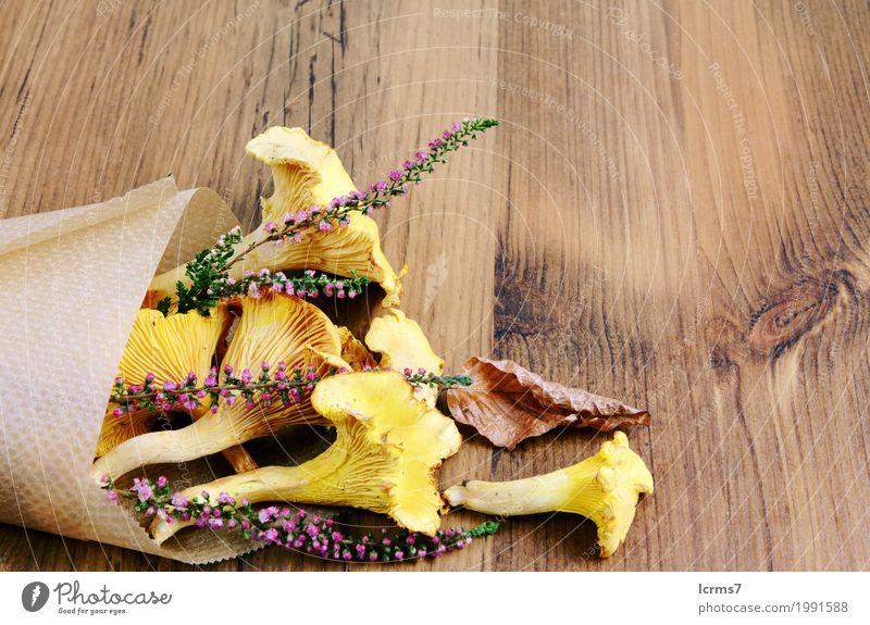 paper bag with golden chanterelle and erica flower Gesunde Ernährung gelb chantarelle food Bergheide heath heather healthy natural fresh mushrooms organic tasty