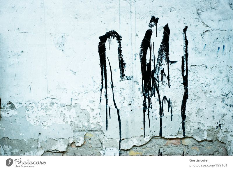 Ink [LUsertreffen 04|10] alt blau Wand Stein Farbstoff Mauer Graffiti Fassade kaputt Vergänglichkeit verfallen Backstein Verfall Bauwerk Ruine Fleck