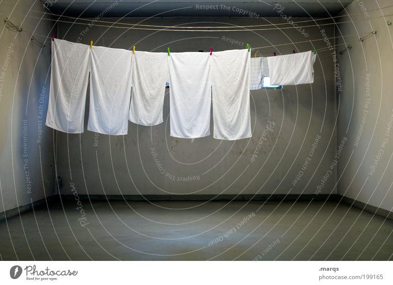 Kochwäsche weiß dunkel grau Raum trist Sauberkeit Häusliches Leben Innenarchitektur Wäsche waschen Haushalt Keller Reinigen Ordnung Handtuch Bekleidung
