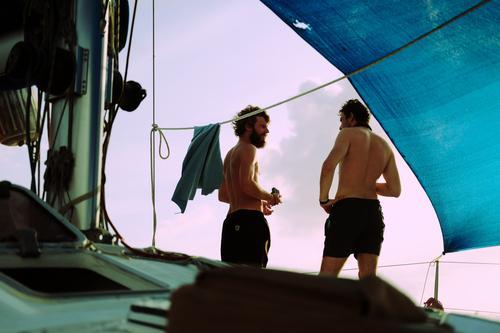 das sind zwei maenner. Mensch Jugendliche nackt Junger Mann 18-30 Jahre Erwachsene sprechen Freiheit Freundschaft maskulin Abenteuer Lebensfreude Coolness