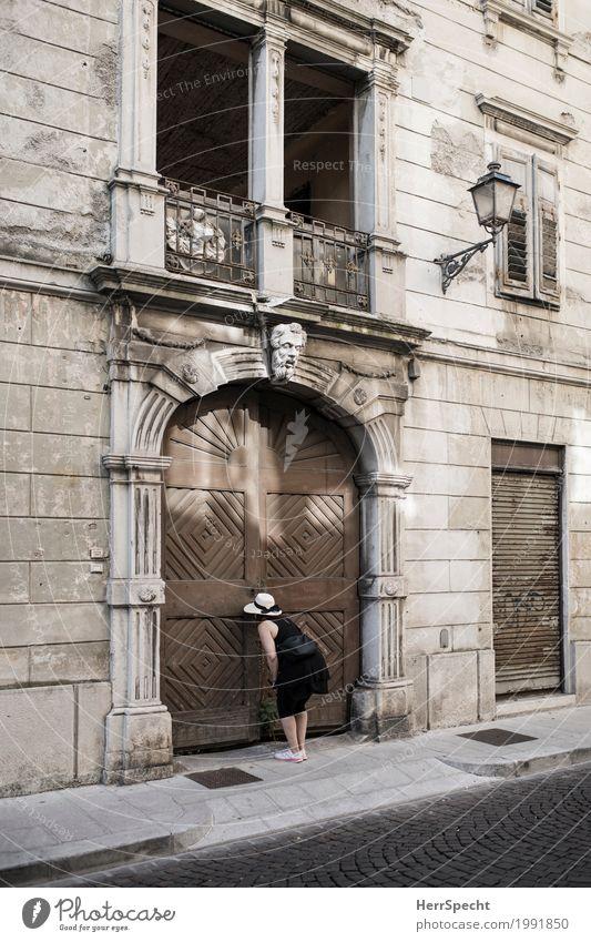 Wer wohnt denn da? feminin Frau Erwachsene 1 Mensch 30-45 Jahre Stadtzentrum Altstadt Haus Palast Gebäude Architektur Fassade Fenster Tür Hut Neugier Dame Tor
