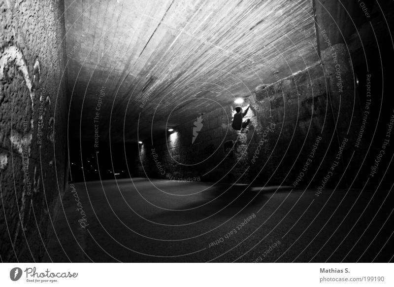 Urbaner Affe Stadt Freude Straße Wand Graffiti Mauer Angst Klettern Verkehrswege Lebensfreude Tunnel Entschlossenheit Lichtstrahl Schwarzweißfoto Nacht