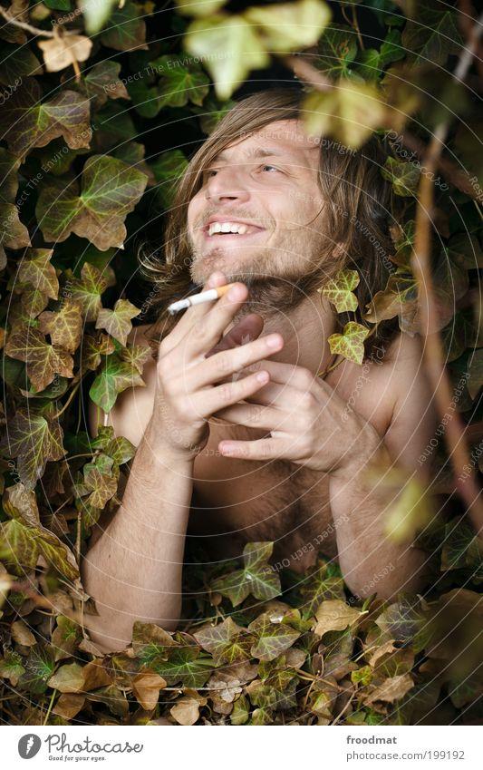 natürliches lächeln Freude Glück Rauchen Mensch maskulin Junger Mann Jugendliche brünett langhaarig Dreitagebart Brustbehaarung Lächeln lachen leuchten träumen