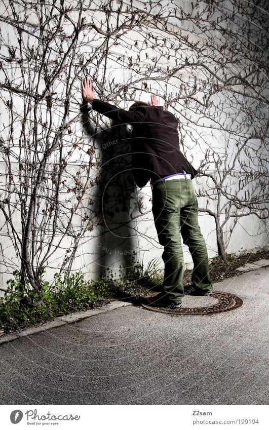 München 3 Uhr nachts Jugendliche Pflanze Straße dunkel Wand grau Erwachsene Stil warten maskulin stehen Sträucher bedrohlich Macht berühren