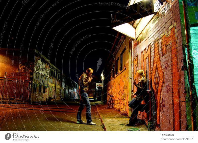 Nachtleben Mensch maskulin Paar 2 18-30 Jahre Jugendliche Erwachsene 30-45 Jahre Stadtzentrum Industrieanlage Mauer Wand Straße Jeanshose Jacke Stiefel