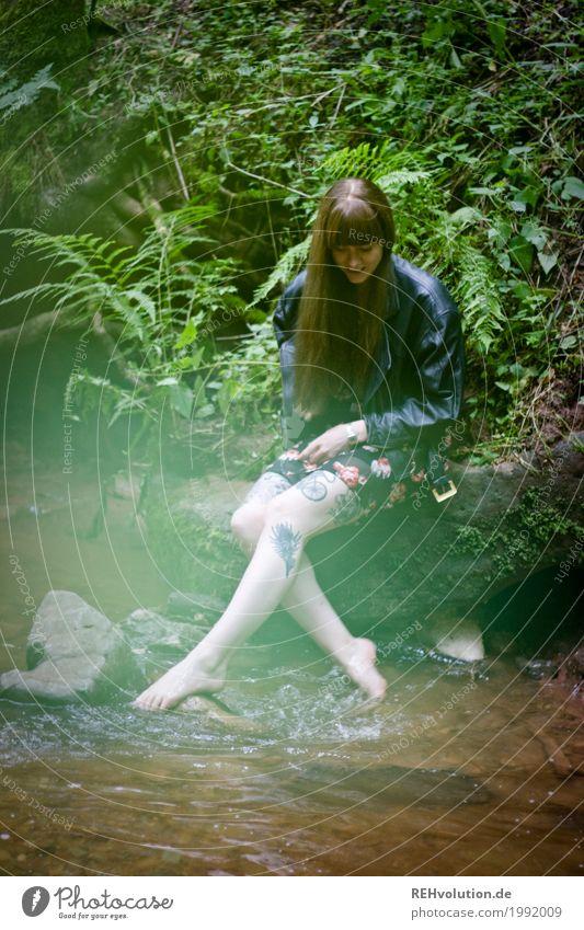 Carina | am Fluss Mensch feminin Junge Frau Jugendliche 1 18-30 Jahre Erwachsene Umwelt Natur Landschaft Pflanze Farn Grünpflanze Bach Tattoo brünett langhaarig