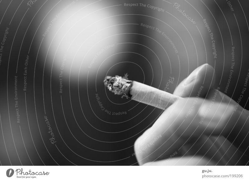 Rauchen verpflichtet! Erholung ruhig Finger Fingernagel Zigarette Zigarettenasche genießen Coolness schwarz weiß Laster Suche Abhängigkeit Sucht Zigarettenpause