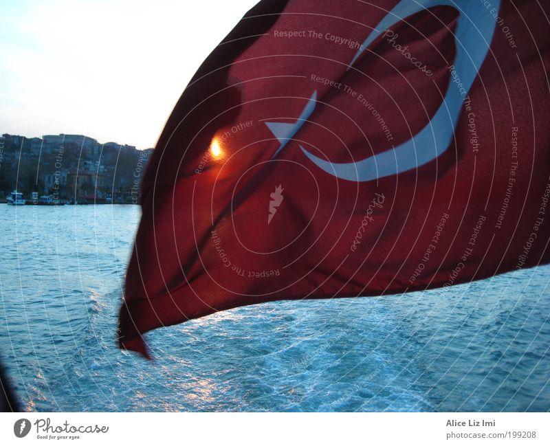 Flagge Wasser Sonne Sonnenaufgang Sonnenuntergang Sonnenlicht Wellen Flussufer Istanbul Türkei Europa Asien Hafenstadt Bootsfahrt Fähre Segel Zeichen Fahne Ehre
