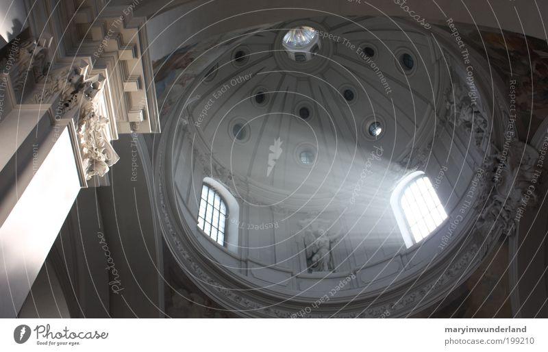 scheinheilig. Kirche Bewegung fliegen leuchten träumen dunkel Ferne frei Unendlichkeit hell kalt weiß Kraft Vertrauen Schutz friedlich Güte trösten ruhig