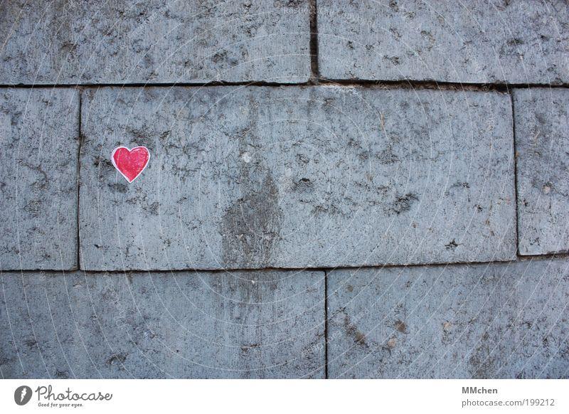 im alltags-grau rot Liebe Gefühle Glück Denken Stein Herz Zeichen Information Vertrauen Küssen Umarmen Gedanke Liebeskummer Valentinstag