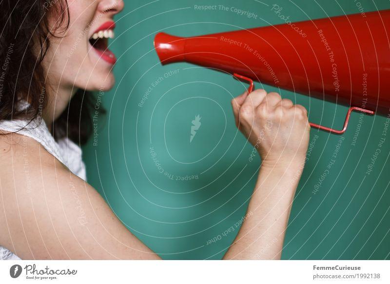 Durchsage_1992138 feminin Junge Frau Jugendliche Erwachsene Mensch 18-30 Jahre Kommunizieren Megaphon Ansage durchsage schreien laut sprechen rot Arme Hand