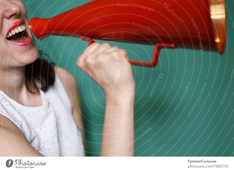 Durchsage_1992139 feminin Junge Frau Jugendliche Erwachsene Mensch 18-30 Jahre Kommunizieren Megaphon rot singen sprechen Kommunikationsmittel türkis Gute Laune