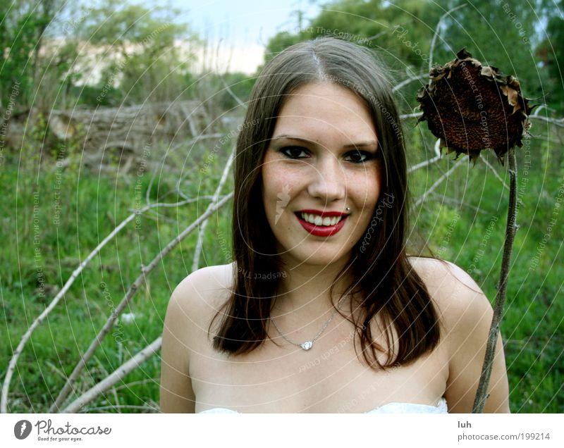 mit einem lachenden und einem weinenden auge Mensch Natur Jugendliche schön Junge Frau Landschaft Freude 18-30 Jahre Erwachsene Gesicht Wiese feminin Glück lachen außergewöhnlich Stimmung