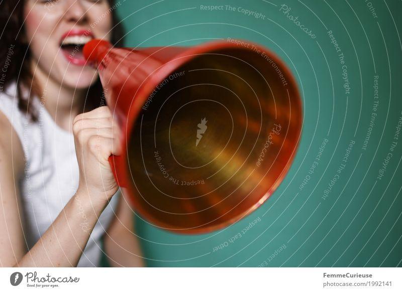 Durchsage_1992141 Mensch Frau Jugendliche Junge Frau rot 18-30 Jahre Erwachsene sprechen feminin Kommunizieren türkis schreien Euphorie Motivation laut