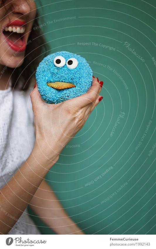Zuckerbombe_1992143 feminin Junge Frau Jugendliche Erwachsene Mensch 18-30 Jahre genießen Backwaren Zuckerstreusel Krümelmonster Monster Auge Keks blau türkis