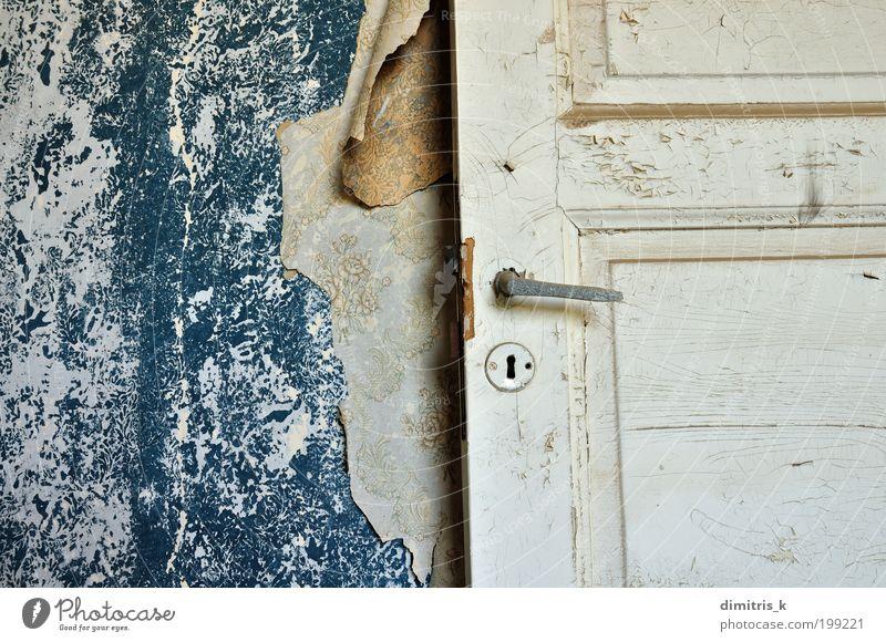 Tapetenfetzen Haus Innenarchitektur Raum Altstadt Menschenleer Ruine Mauer Wand Tür Papier alt dreckig retro trist blau weiß Einsamkeit Verfall Zeit gerissen