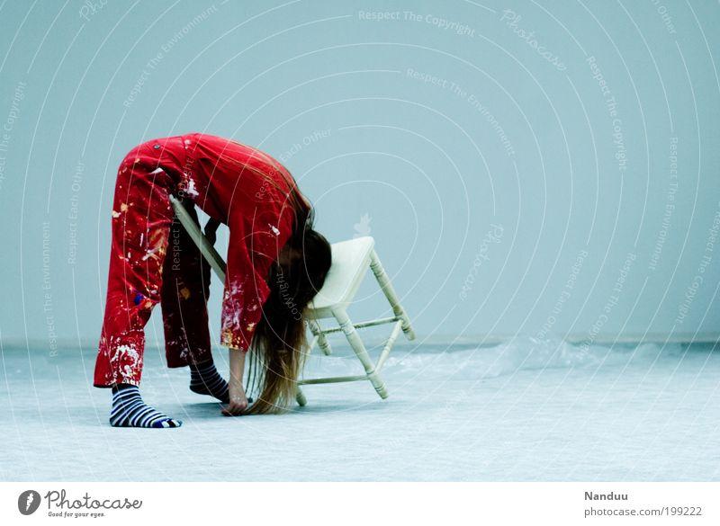Position 2: Gut abgehangen Mensch feminin Junge Frau Jugendliche 1 18-30 Jahre Erwachsene schlafen Arbeitsanzug Stuhl rot scheckig Kittel dreckig Müdigkeit leer