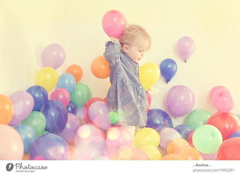 Ballon Shower Mensch Freude Mädchen feminin Bewegung Glück Spielen Schwimmen & Baden Fröhlichkeit Lebensfreude Tanzen Baby Freundlichkeit berühren Luftballon