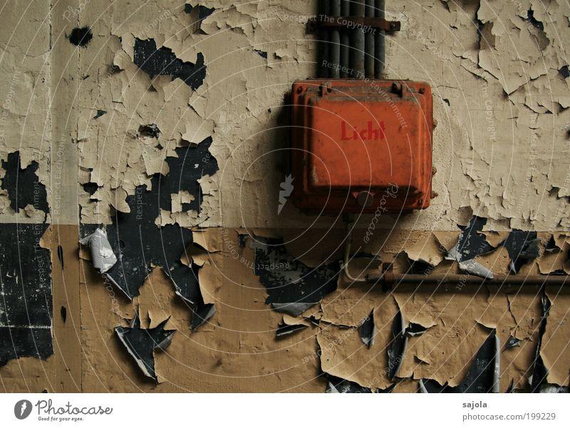 licht ins dunkel bringen [LUsertreffen 04|10] alt Farbe dunkel Mauer orange Metall Energie Industrie Energiewirtschaft Elektrizität Technik & Technologie Kabel Wandel & Veränderung Vergänglichkeit Kasten Verfall