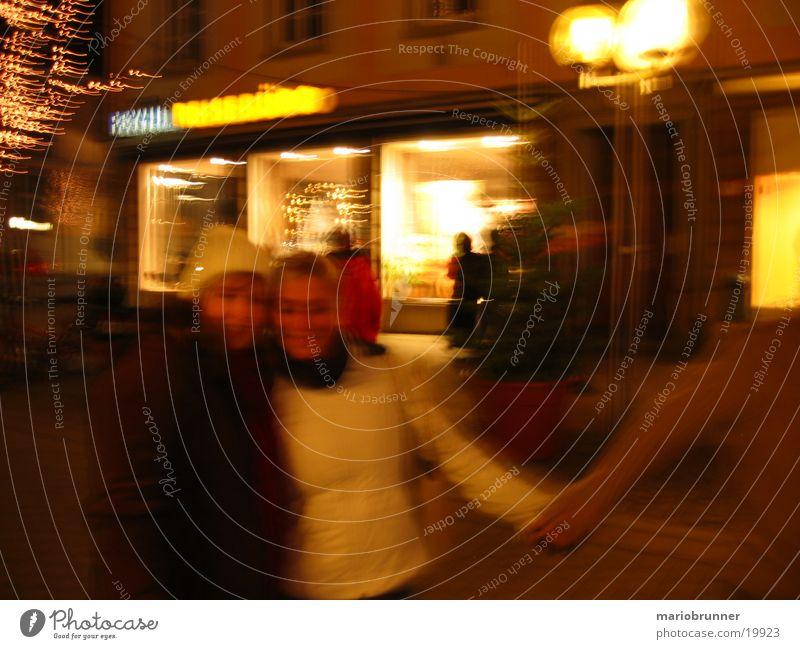 jc_lb Frau Hand Winter kalt Menschengruppe Paar Freundschaft Mütze Mantel Umarmen Weihnachtsmarkt Fußgängerzone