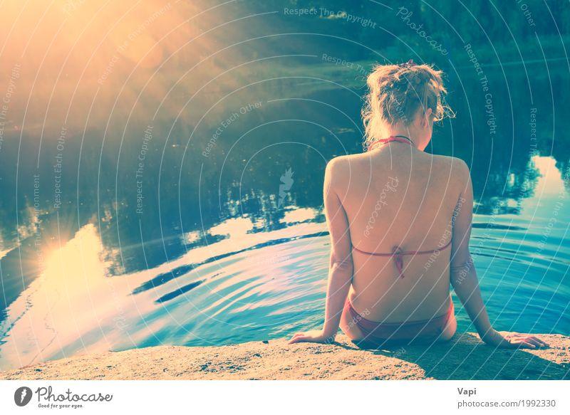 Hinteres Ansichtporträt einer schönen entspannten Frau auf dem Strand Mensch Natur Jugendliche nackt blau Sommer Junge Frau grün Wasser weiß Sonne Landschaft