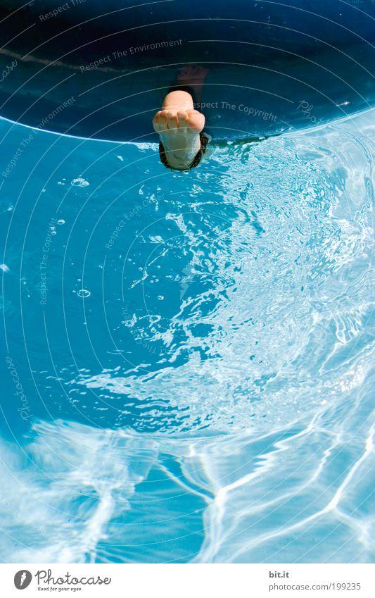 Nackter Fuß hängt alleine im blauen Wasser unter einem Schwimmreifen, im Schwimmbad, im Sommer im Urlaub. Freude Wohlgefühl Zufriedenheit Schwimmen & Baden