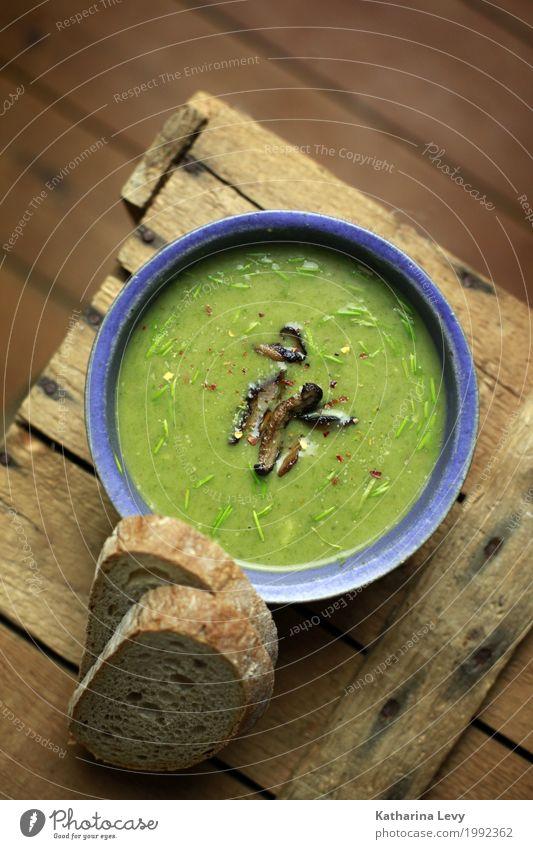 grüne vegane suppe blau Gesundheit Lebensmittel braun Ernährung genießen rund Kräuter & Gewürze lecker Gemüse Brot Pilz Schalen & Schüsseln Backwaren Abendessen
