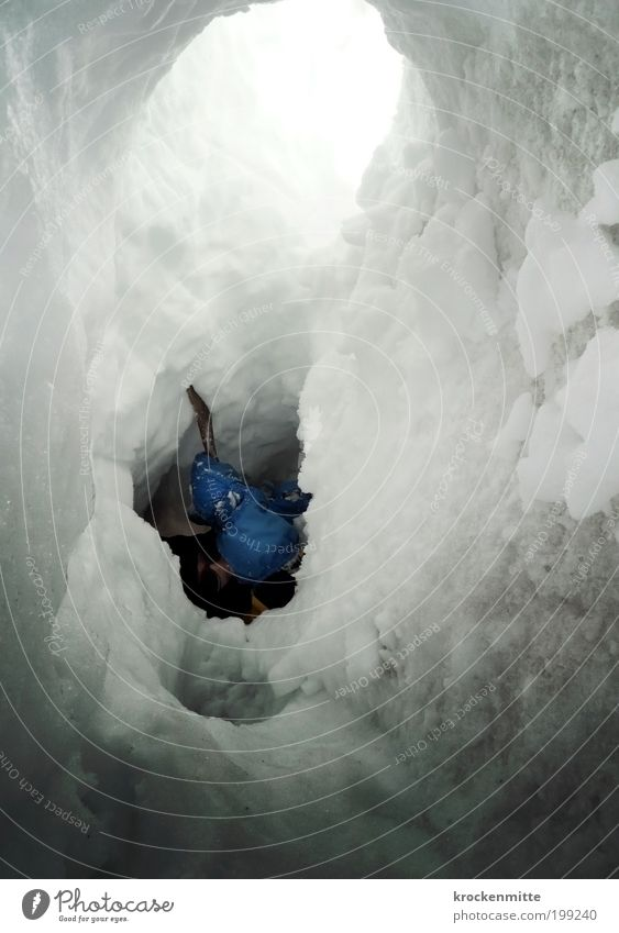 eisiger Durchbruch weiß blau Winter Schnee Berge u. Gebirge Freiheit Eis Hoffnung Brille Mütze eng Loch gefangen Werkzeug Rettung Handschuhe