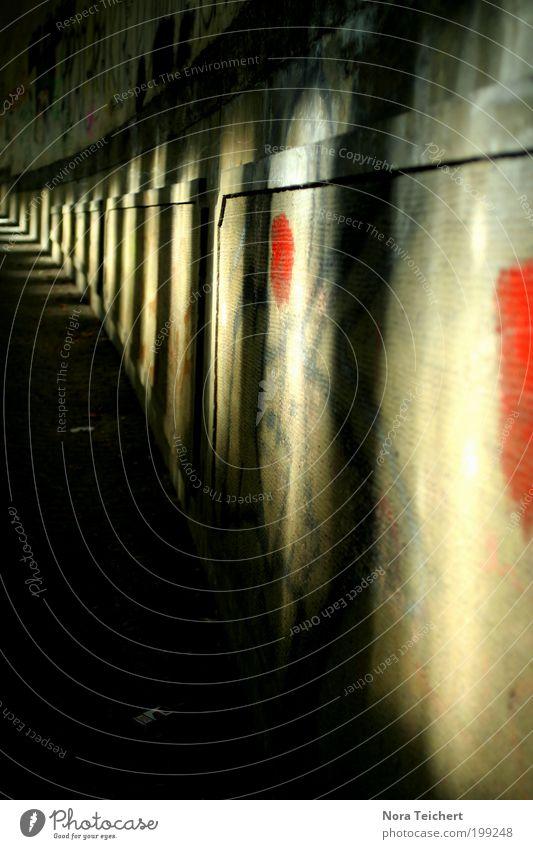 Licht(er) am Ende des Tunnels. Umwelt Sonne Sommer Schönes Wetter Haus Bauwerk Gebäude Architektur Mauer Wand Fassade Stein Zeichen Muster träumen ästhetisch