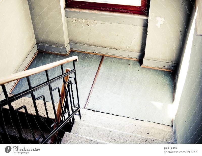 Abwärts alt Haus Fenster Wand Wege & Pfade Mauer Wohnung Innenarchitektur Armut Treppe Zukunft Wandel & Veränderung Häusliches Leben Vergänglichkeit Umzug (Wohnungswechsel) Geländer