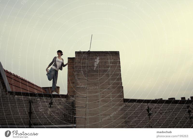 heißer feger Frau Jugendliche Stadt ruhig Erwachsene feminin Wand Architektur Mauer Stimmung Zufriedenheit elegant Lifestyle Coolness Dach 18-30 Jahre