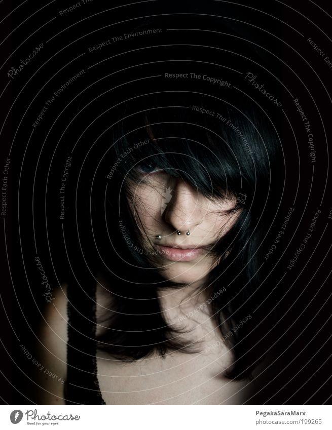 hair Mensch Jugendliche schwarz Gesicht Erwachsene feminin Gefühle Kopf Haare & Frisuren Stimmung wild außergewöhnlich Lifestyle 18-30 Jahre bedrohlich