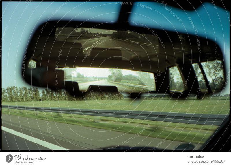 manuelle Rücksicht Lifestyle Ausflug Ferne Freiheit Spiegel Rückspiegel Windschutzscheibe Grünkeil Leitplanke Kunst Umwelt Landschaft Feld Verkehr
