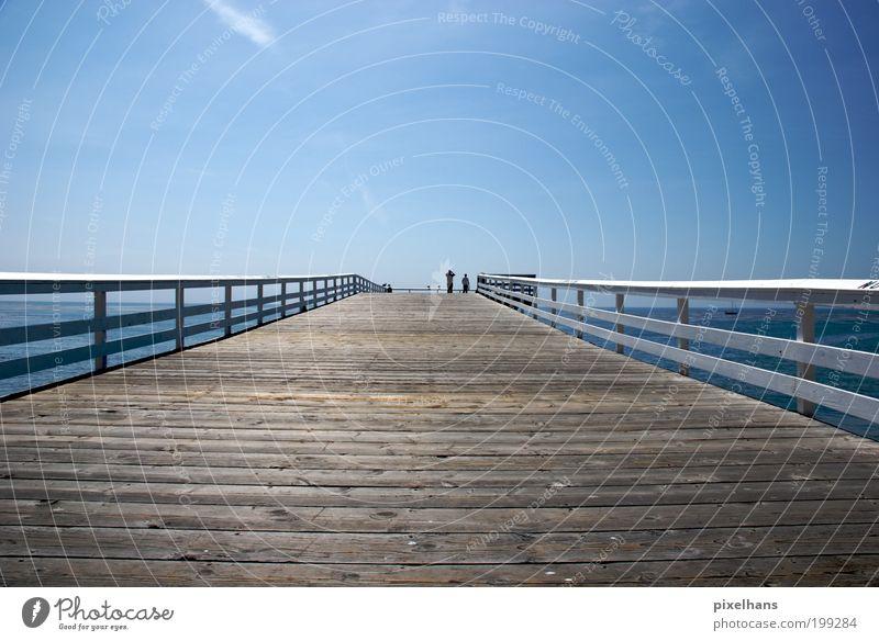Am Holzweg? Mensch 2 Landschaft Wasser Himmel Horizont Sonne Sommer Schönes Wetter Küste Fischerdorf Steg Fußgänger Jachthafen Sand alt Ferien & Urlaub & Reisen