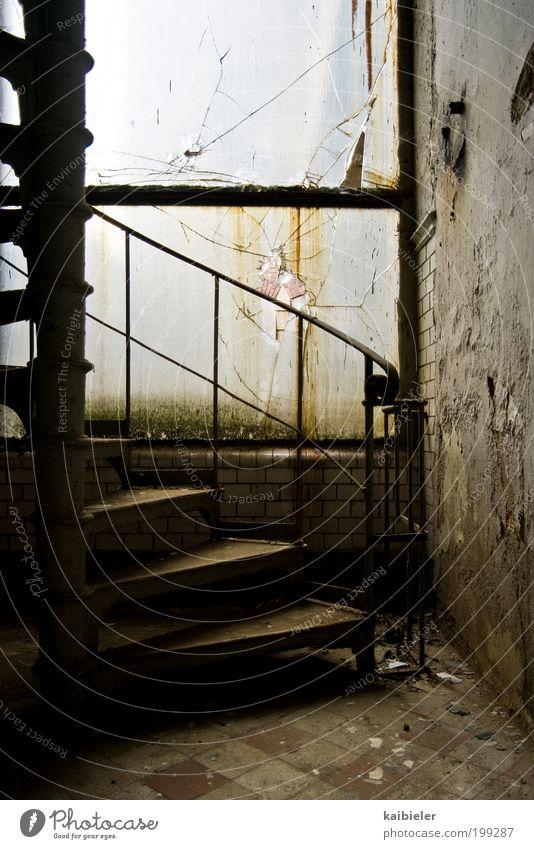 abgestuft alt Einsamkeit gelb dunkel Fenster Wand Wege & Pfade Mauer braun dreckig Treppe Vergänglichkeit Fabrik historisch Vergangenheit Risiko
