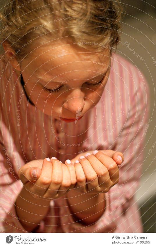 Beauty Tag Mensch Kind Jugendliche Hand weiß schön Mädchen Leben Kindheit blond rosa warten Mund frisch Finger Fröhlichkeit