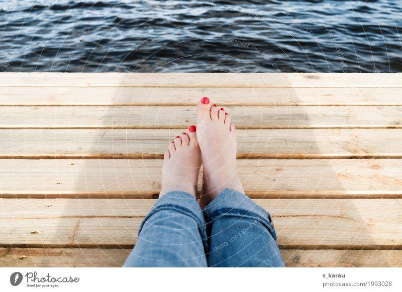 Auszeit Mensch Jugendliche Sommer Junge Frau Wasser Erholung ruhig Wärme Lifestyle feminin Holz Tourismus Fuß Freizeit & Hobby Zufriedenheit Ausflug