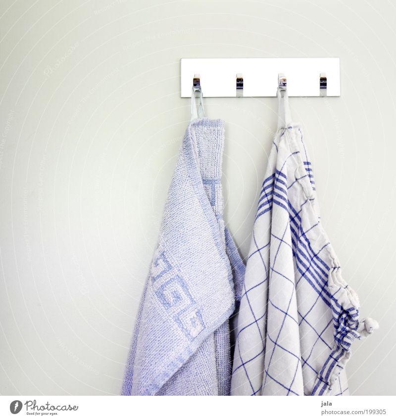 küchentücher Handtuch Küchenhandtücher Stoff Haken einfach Sauberkeit Haushalt spülen Reinigen Ordnung weiß blau grau Muster Alltagsfotografie Häusliches Leben