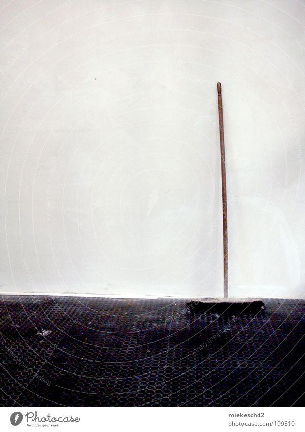 broom Renovieren Umzug (Wohnungswechsel) Baustelle Besen Gebäude Mauer Wand alt schwarz weiß Farbfoto Gedeckte Farben Menschenleer Hintergrund neutral Tag