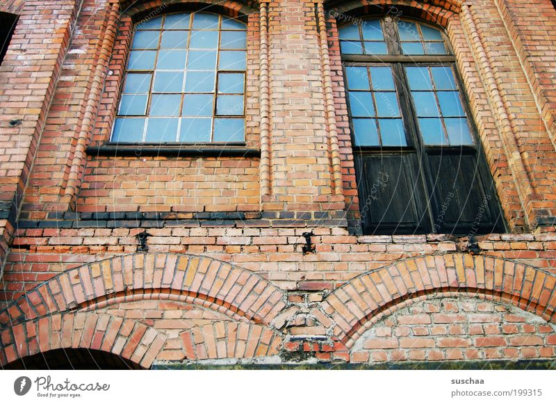 blaue fenster Haus Industrieanlage Fabrik Ruine Bauwerk Gebäude Architektur Mauer Wand Fassade Stein Glas Backstein alt eckig kaputt authentisch Schwäche