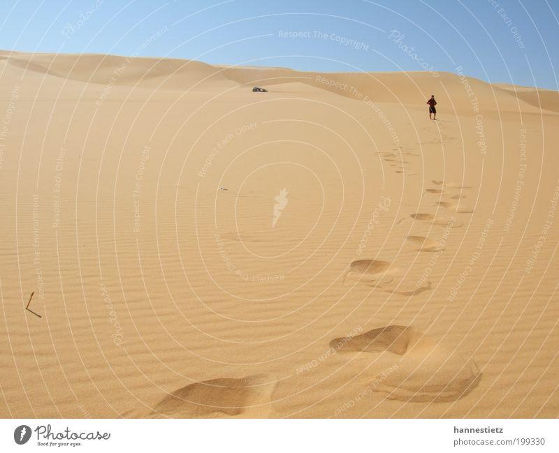 Spuren im Sand Ferien & Urlaub & Reisen Tourismus Abenteuer Ferne Freiheit Safari Expedition maskulin 1 Mensch Natur Landschaft Sommer Schönes Wetter Wärme