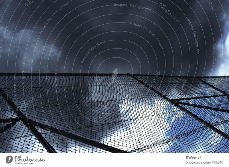 Zaun für die Aschewolke Himmel blau Wolken Einsamkeit dunkel kalt Gefühle Stil Metall Angst glänzend Umwelt Lifestyle Zukunft bedrohlich Nachthimmel